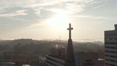 교회 타워의 무인 항공기 샷