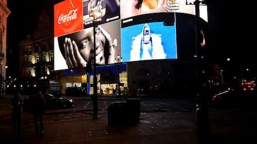 Zeitrafferaufnahmen Des Fahrzeug  Und Fußgängerverkehrs Der Stadtstraße Bei Nacht
