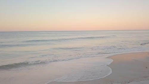 在沙质海岸上拍打的软浪
