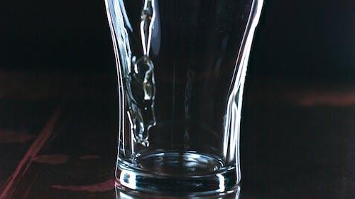 Bier Gieten In Een Glas