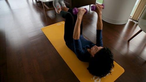 Images Au Ralenti D'une Femme Exerçant Sur Un Tapis De Yoga Dans Le Sol Du Salon