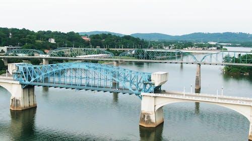 Скорая помощь пересекает мост