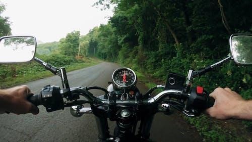 駕駛摩托車的人
