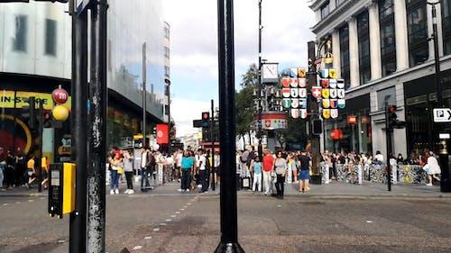 Menschen, Die Gehen Und Die Straße überqueren