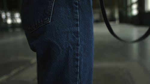 Mulher Andando Dentro De Um Prédio Com Uma Câmera