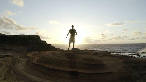 崖の端にいる男