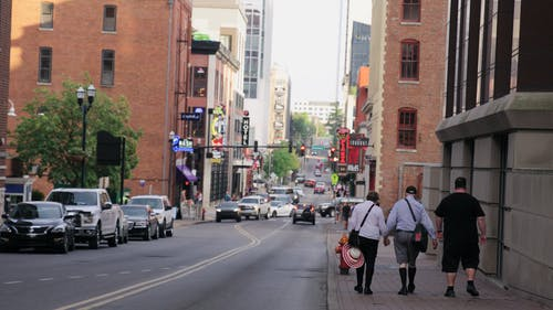 Retro Di Persone Che Camminano Su Un Marciapiede Di Strada