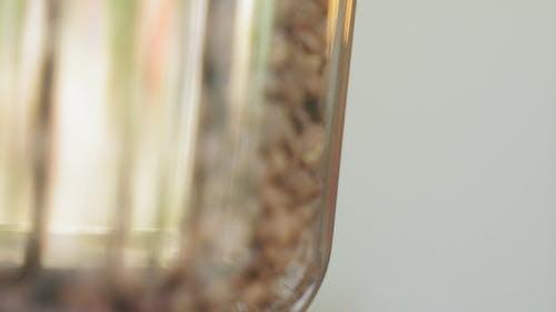 Auf Einer Flasche Gespeicherte Kaffeebohnen