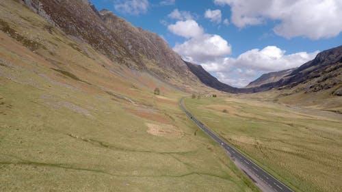 Eine Straße In Einem Tal