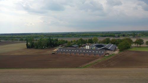 Ein Moderner Bauernhof Mit Lagerhäusern Und Landwirtschaftlichen Geräten