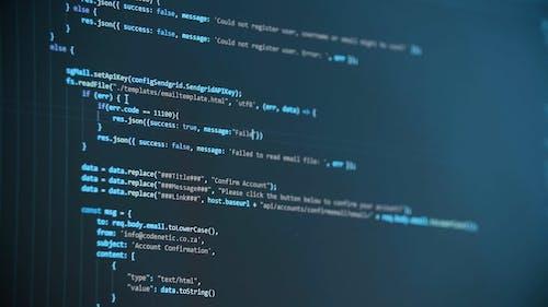 Um Monitor De Computador Piscando Informações Digitais