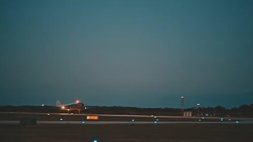 Imágenes En Cámara Lenta De Un Avión Que Despega De La Pista