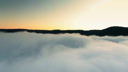 低低的云层覆盖山侧