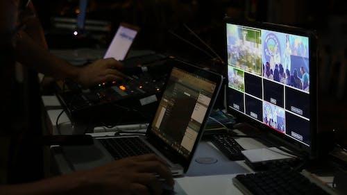 Nahaufnahme Von Geräten Und Bedienfeldern, Die Von Technischen Personen In Einem Kontrollraum Verwendet Werden