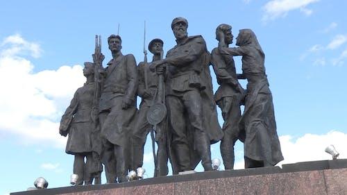 低角度镜头的纪念性雕塑