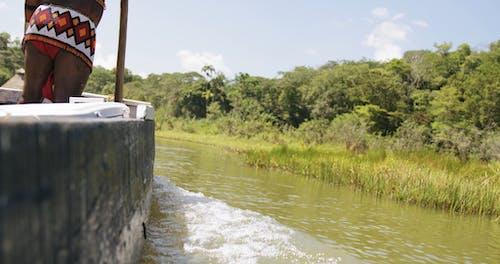 Pista De Agua De Un Barco Que Viaja En El Agua Del Río