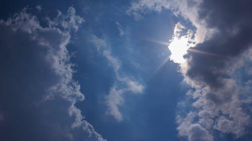 雲の形成は太陽の光線をカバーします