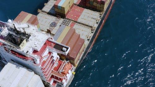 컨테이너가 적재 된 바다에서 화물선의 항공 영상