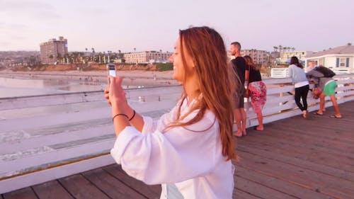 Пара, сфотографировавшаяся с видом на море