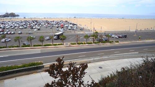 水域近くの駐車場にある車両の航空写真