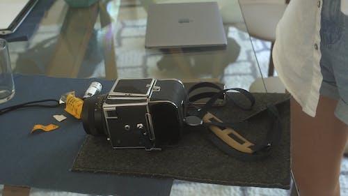 Een Persoon Die De Film Van Een Analoge Camera Repareert