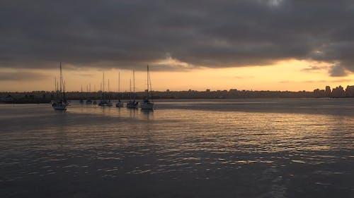 Парусные лодки на якоре у залива