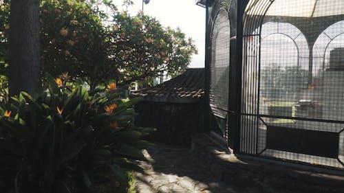 Una Jaula Construida En Un Parque Jardín