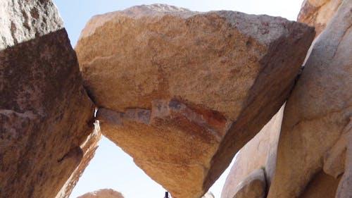 Uma Pedra Ou Pedregulho Presa Entre Duas Rochas Maiores, Deixando Um Espaço Sob