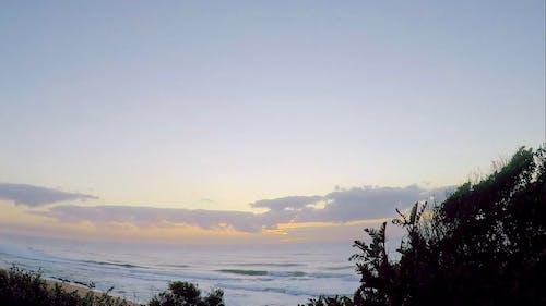 Słońce Wschodzi Nad Wodą Morską