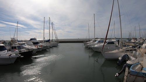 帆船停靠在滨海湾