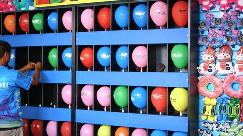 Een Pop Een Ballon Voor Een Prijzenspel Attractie In Een Pretpark