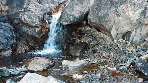 天然泉水顺着岩石层层叠叠