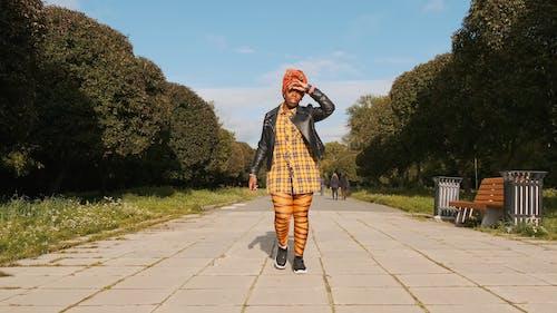 Женщина бежит к камере, снято в парке