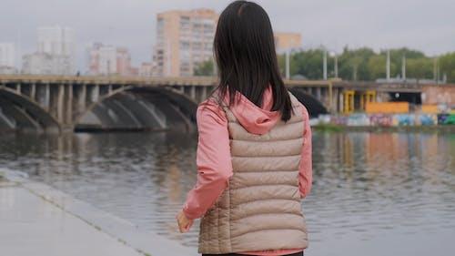 Kupra Kobiety Jogging Wzdłuż Brzegu Rzeki