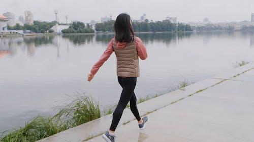 Una Donna Prende Il Respiro E Si Allunga Dopo Aver Fatto Jogging