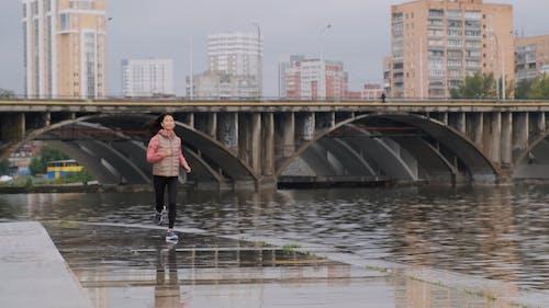 Kobieta Biegnie Wzdłuż Brzegu Rzeki