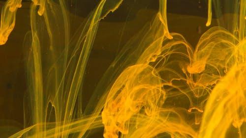 Imágenes En Cámara Lenta Del Movimiento Del Líquido Amarillo Mezclado En Agua Creando Resumen
