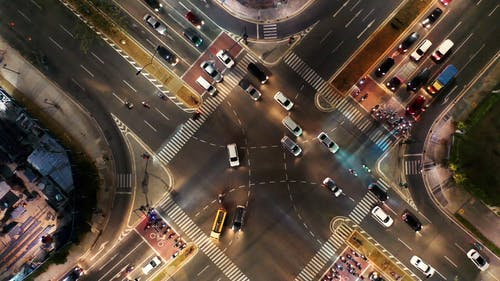 交叉路口的机动车通行