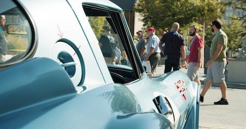 老式跑車在戶外展示供公眾觀看