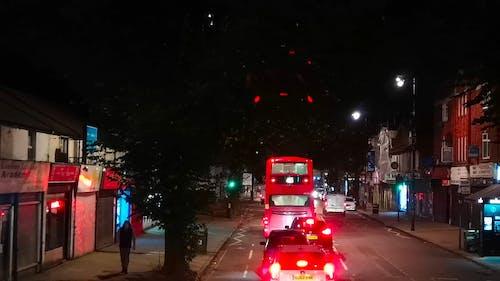 Trânsito Em Uma Rua Em Londres à Noite