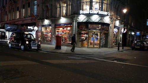 Uma Loja Popular Abre à Noite Em Uma Esquina