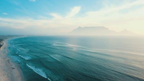 Serie Von Meereswellen, Die Die Küste Küssen