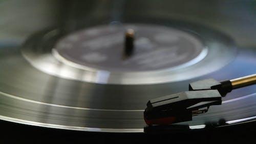 通过在转盘机器上旋转播放旧唱片