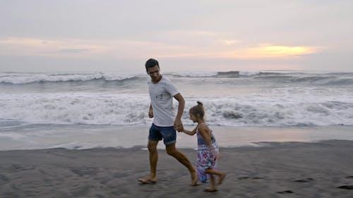 Een Vader Loopt Met Zijn Dochter Op Het Strandzand