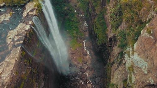 从高高的高山到河流的瀑布