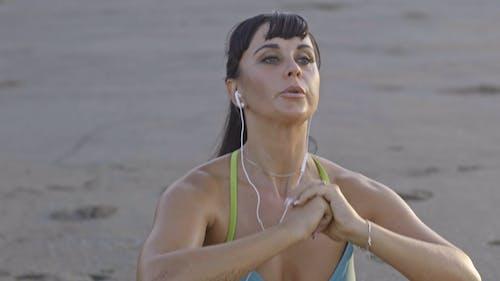 Kobieta Robi ćwiczenia Pull Up Na Brzegu Plaży