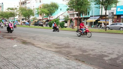 Vietnam'da Bir Yolda Trafiğe Hakim Olan Motosiklet Binicileri