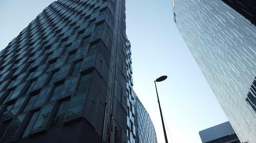 Moderne Gebouwen Torent Hoog Boven De Straat Uit