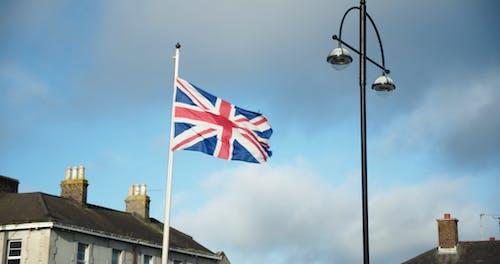英国国旗挂在杆子上