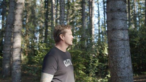 Человек фотографирует в лесу